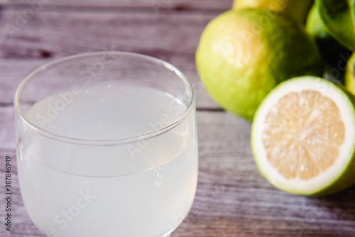 Un vaso de jugo de limón Wallpaper Mural