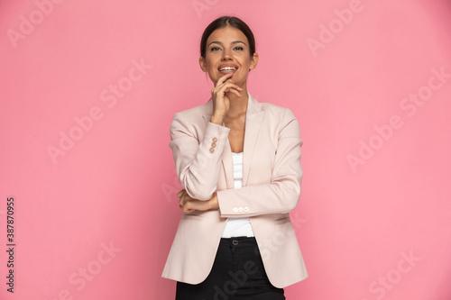 Fotografia beautiful businesswoman folding her arms, touching her chin