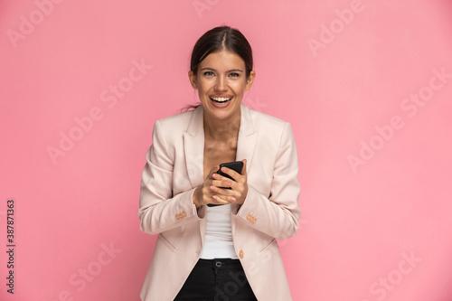Photo businesswoman feeling amused and laughing full of joy