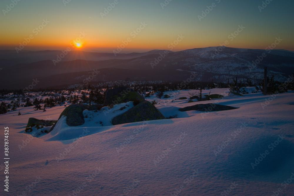 Fototapeta Zimowy wschód słońca w Karkonoszach.