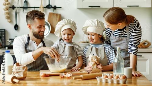 Fotografia Positive family preparing pastry together
