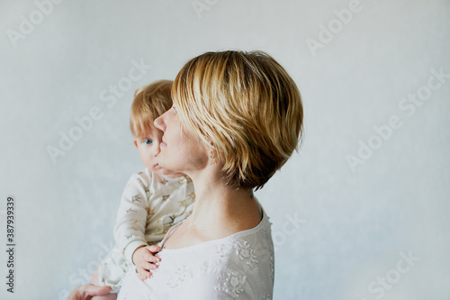 Fotografia, Obraz Happy emotion Young woman holding her little son in her arms