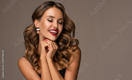 Photo Beautiful smiling woman with long wavy hair
