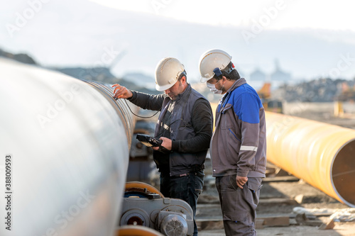 Technician are testing to welds of pipe with ultrasonic test method Fototapet