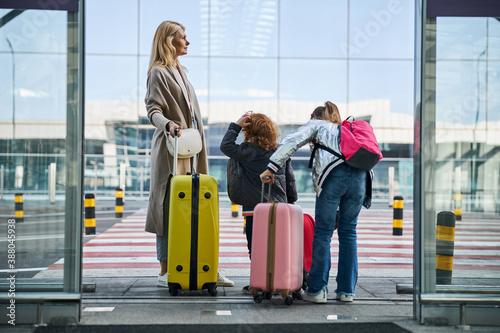 Obraz na plátne Members of the family deciding where they should go