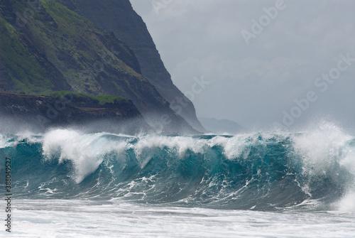 Foto Blue wave breaking on Kalaupapa leper colony beach on Molokai