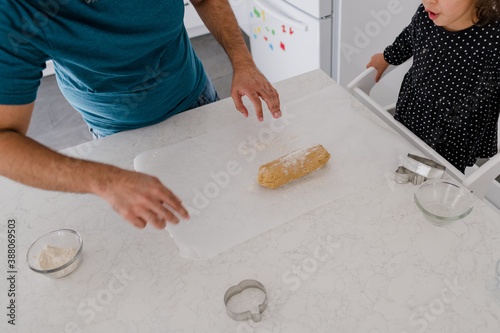 Fotografia dad and daughter baking cookies and rolling out dough