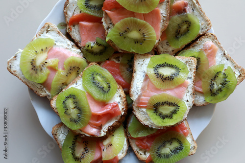 Canvas-taulu Salmon sandwiches with kiwi slices