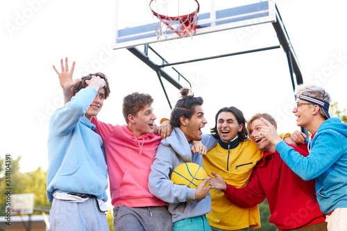 Obraz cheerful team celebrate their winning in basketball game, shine with happiness. motivation, sport, basketball, youth concept - fototapety do salonu