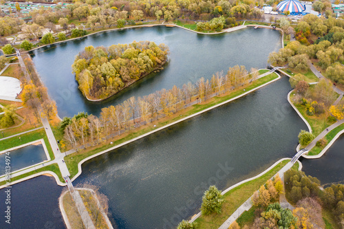 Fotografía Aerial view of autumn park with colorful trees walkways and ponds