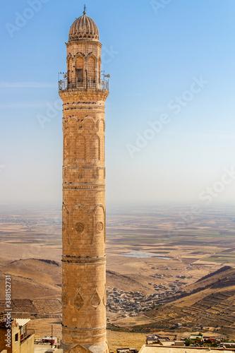 Mardin Ulu Cami Mosque minaret and Mesopotamia Valley view Billede på lærred