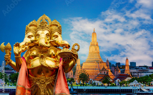 Fotografía Golden Ganesha has old power in religious sites that are separated from the latt
