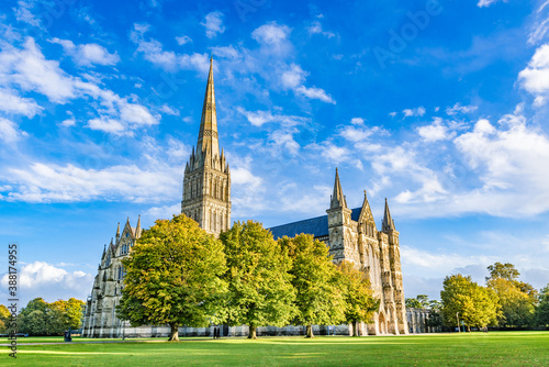 Papel de parede Salisbury Cathedral, formally known as the Cathedral Church of the Blessed Virgin Mary, an Anglican cathedral in Salisbury, England