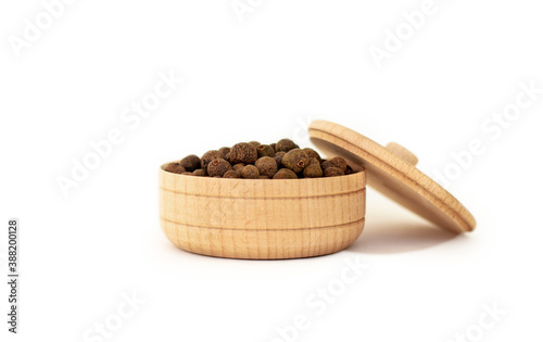 Papel de parede a dried aromatic allspice pepper fruit in wooden bowl isolated on white backgrou