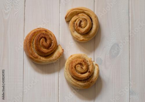 cinnamon snails on a white wooden background Fototapete