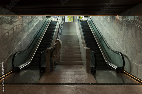 Foto underground passage with escalators