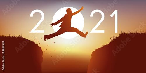 Papel de parede Un homme saute par dessus un gouffre entre deux falaises devant un soleil au zénith et symbolise le passage à la nouvelle année 2021