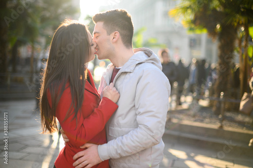 Young couple kissing passionately outdoor Fototapete
