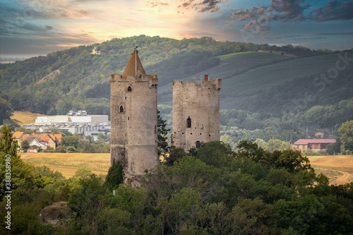 Papel de parede Panorama of the castle ruins Rudelsburg and Saaleck in the landscape and tourist