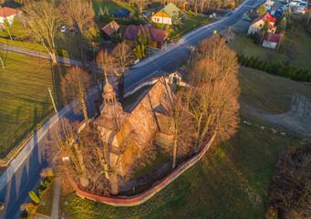 Zabytkowy kościół w miejscowości Męcina w województwie małopolskim