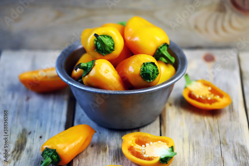 Fotografia Selective focus. Yellow sweet peppers in a bowl. Paprika harvest.