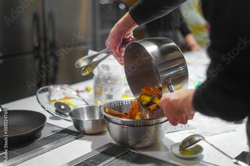料理教室での調理風景 Fototapet
