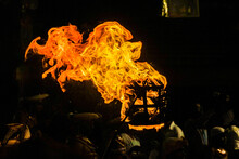 激しく燃える炎のイメ...