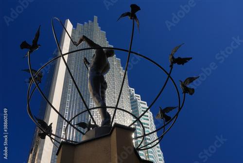 Naklejka premium Toronto, Canada - October 6, 2006: sculpture of man building a peaceful world landscape