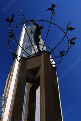 Naklejka premium Toronto, Canada - October 6, 2006: sculpture of man building a peaceful world portrait