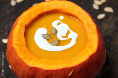 Fototapeta Zupa krem z dyni wypełniająca wnętrze dyni obraz