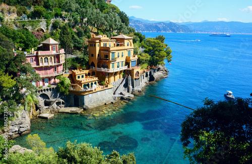 Foto Picturesque view of colorful seaside villas with turquoise bay, near Portofino