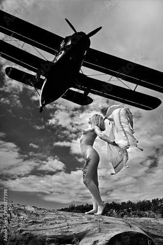 Emocje, wiatr, samolot i dziewczyna - fototapety na wymiar