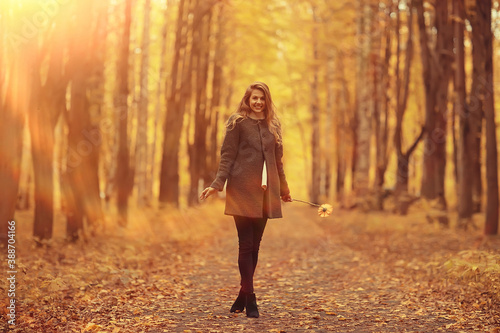 Foto model autumn walk yellow park romance beautiful young adult model posing in yell
