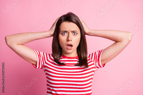Foto Oh photo of frightened brunette straight hair lady hands head wear striped red w
