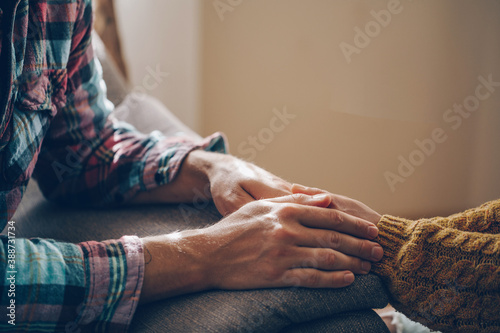 Photographie Closeup of loving couple holding hands