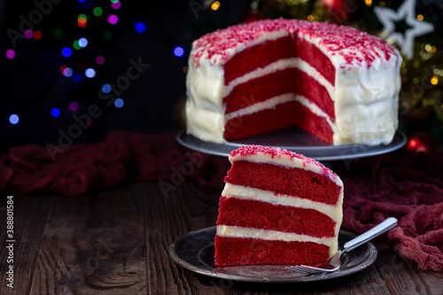 Foto Piece of red velvet cake with cream cheese frosting and red sugar decoration, bo