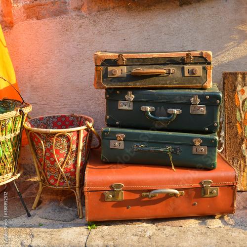 Slika na platnu Carré valises et couleurs en attente de départ