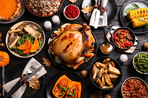 Photo Traditional Thanksgiving day feast with delicious cooked turkey and other season