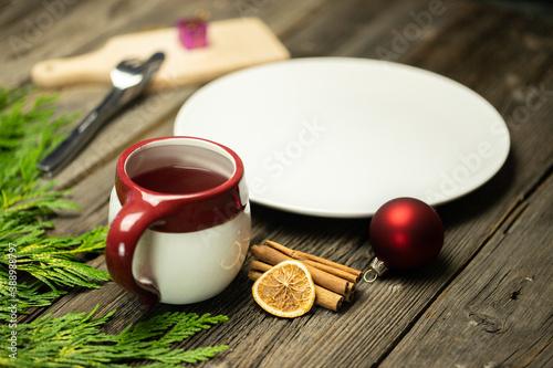 Fototapeta Świąteczna herbata na stole, wraz z dekoracją i aranżacją na Boże Narodzenie obraz