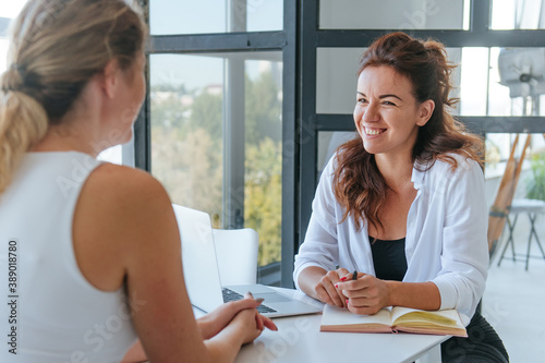 Canvas Print Happy female coach is consulting young woman
