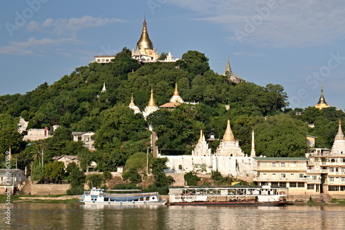 Photographie View of the Sagaing Pagoda while sailing along the Irrawaddy River