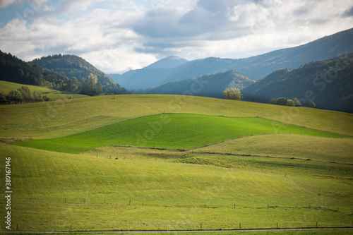 prairies verdoyantes en montagne Fototapet