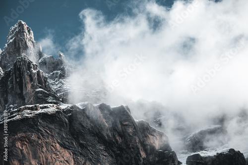les nuages cachent la montagne Fototapet