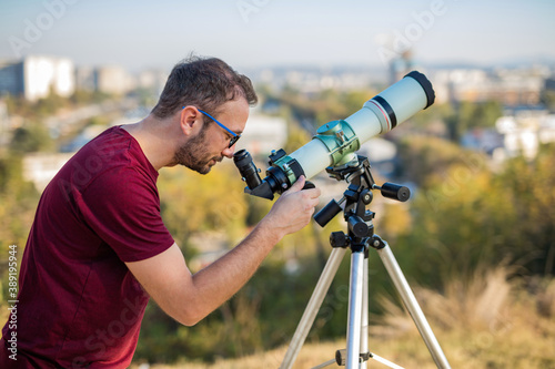 Photographie Amateur astronomer looking at the sky with a telescope.
