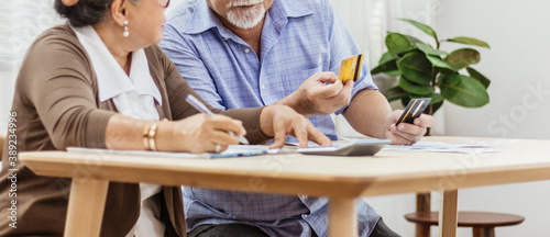 Obraz na plátne Stressed senior elderly couple conclict of credit card bills or bebt of expense in shopping