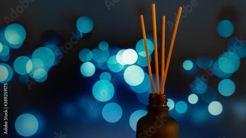 Obraz na plátně Palitos aromatizantes con fondo con luces azules