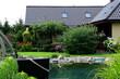 Pięknie zaprojektowany ogród wraz z naturalnym basenem z kamieni
