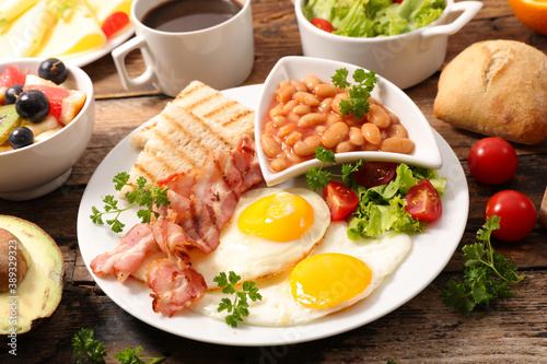 Fotografering breakfast- toast, bean, fried egg and bacon