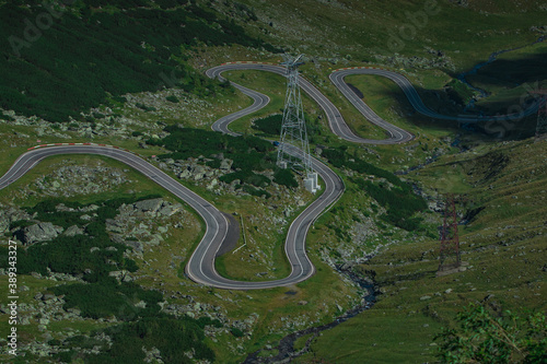 Foto Detail of curves on epic winding road on Transfagarasan pass in Romania in summer time, with twisty road rising up