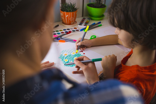 Fotografia child with a teacher is engaged in art therapy